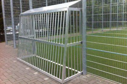 Bolztor mit geschlossenem Hinterbau hinten auf Fußballplatz von artec Sportgeräte