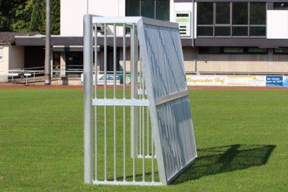 Bolztor mit geschlossenem Hinterbau seitlich auf Fußballplatz von artec Sportgeräte