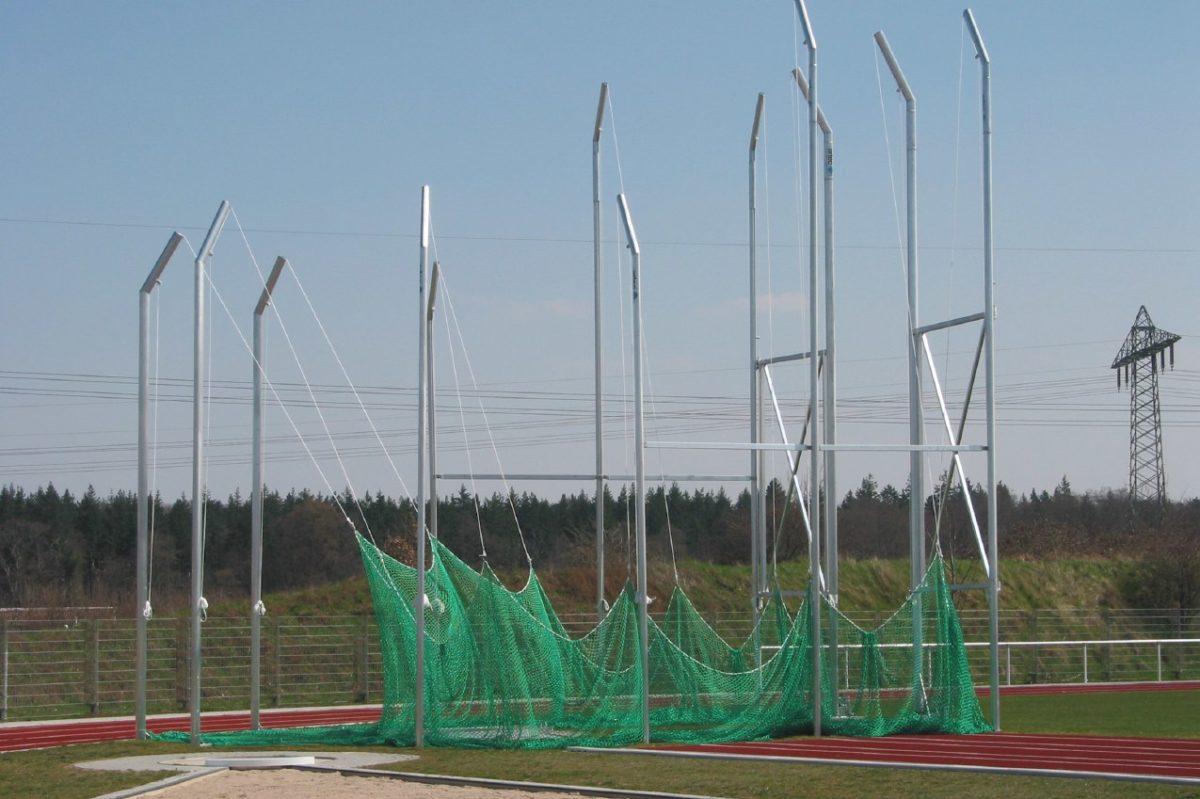 Hammer- und Diskuswurfschutzgitter aus Aluminium in Hülsen stehend, Höhe von 7 auf 10 m steigend von artec
