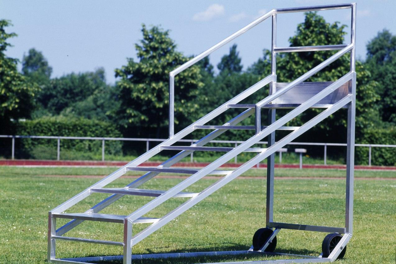 Zielrichtertreppe aus Aluminium für 8 Personen von artec Sportgeräte