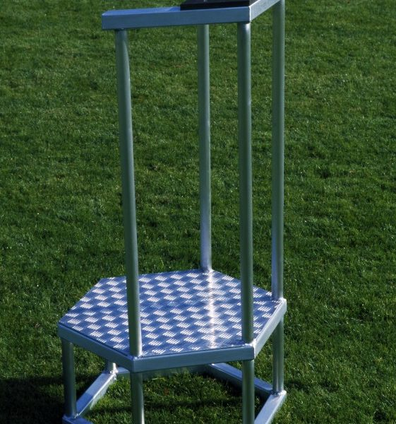 Starterpodest mit Geländer und Schreibablage aus Aluminium