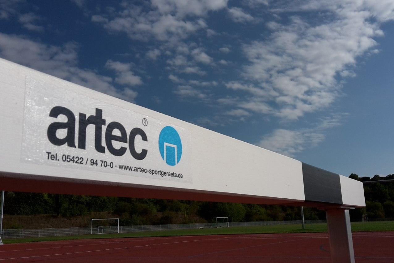 Eingangshindernis aus Aluminium mit Querbalken aus Spezialholz, höhenverstellbar, Länge 5,00 m von artec Sportgeräte