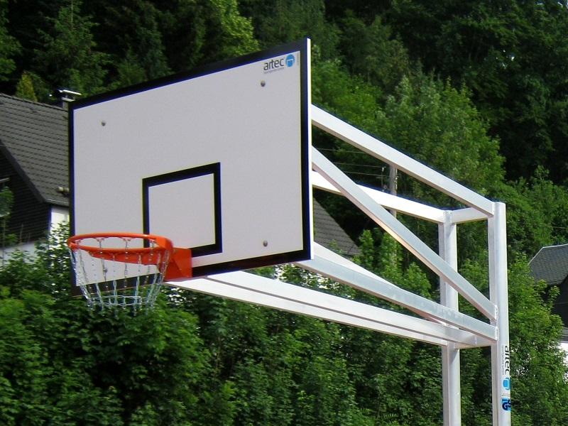 Robuster Zweimast-Basketballständer