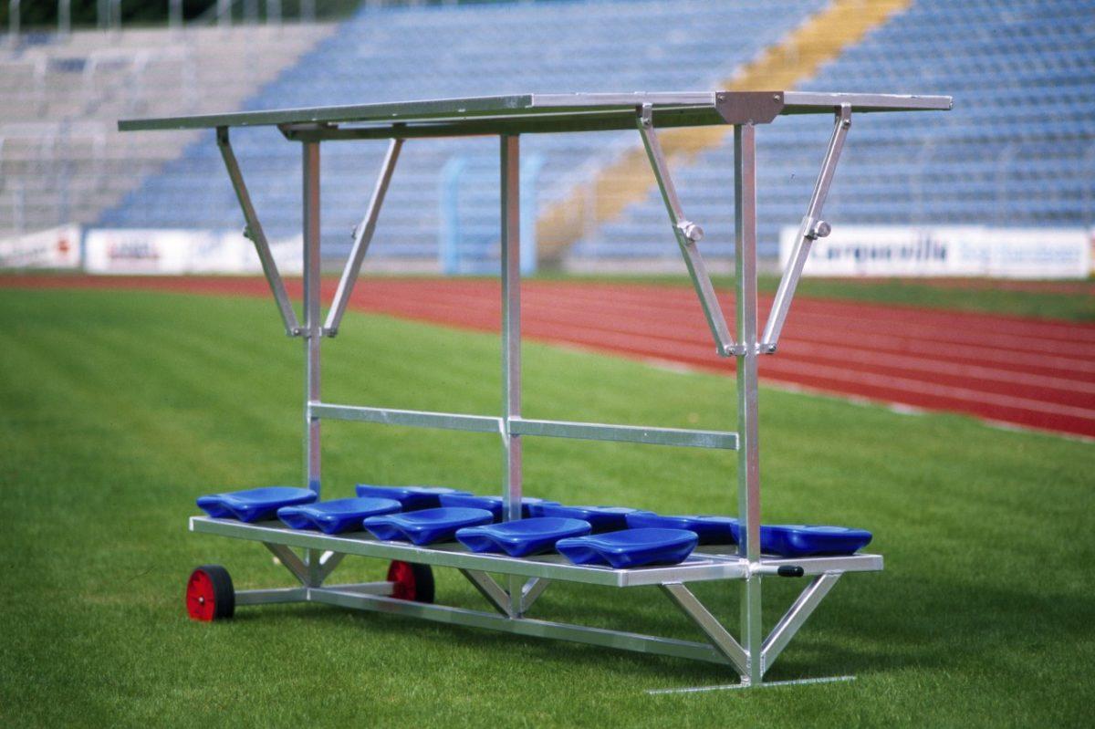 Sportlerbank für das Stadion und den Sportplatz mit flexibler Überdachung von artec Sportgeräte