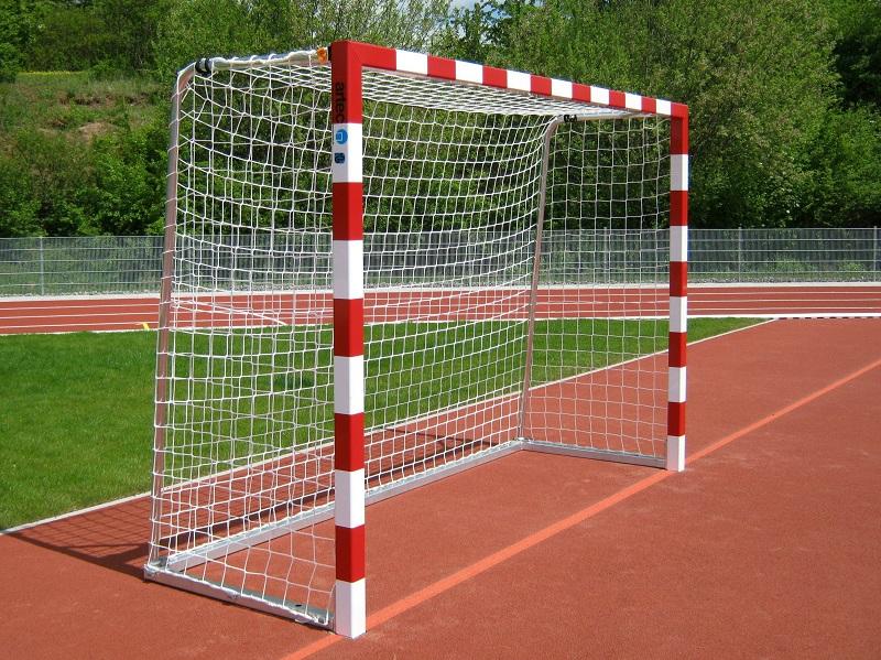 Handballtor mit Netz über Bügel