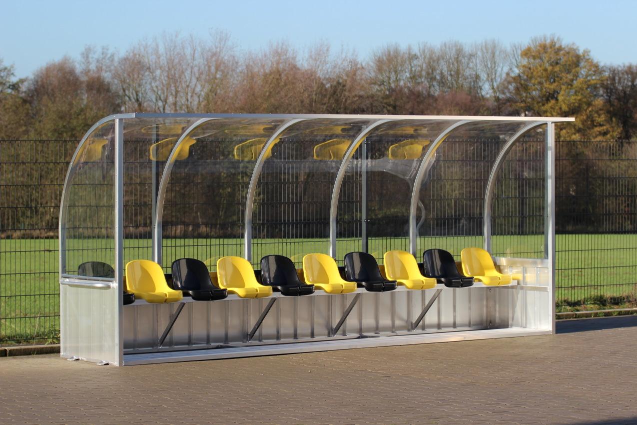 Spielerkabine mit Sitzschalen ujd gebogenem Dach von artec Sportgeräte