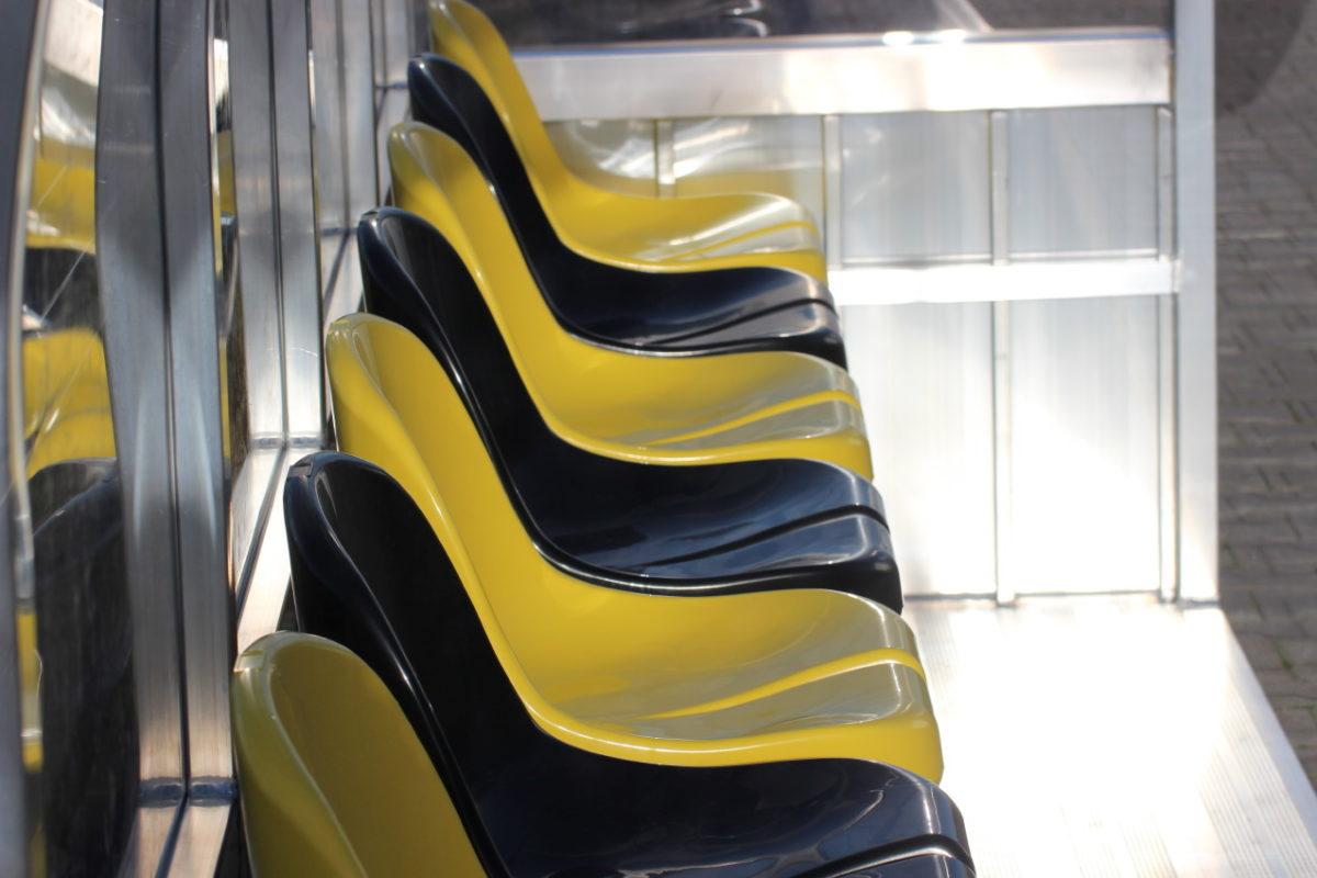 Spielerkabine mit Sitzschalen ujd gebogenem Dach artec
