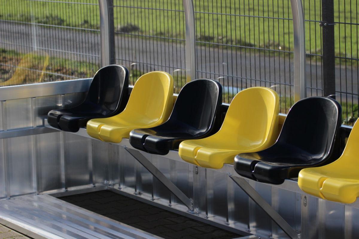 Spielerkabine mit Sitzschalen ujd gebogenem Dach von artec