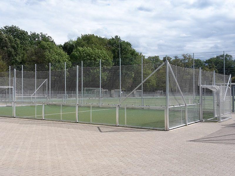 Soccer Court mit verglaster Bande