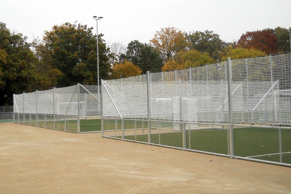 Stationärer Soccer - Court mit verglasten Bandenelementen von artec
