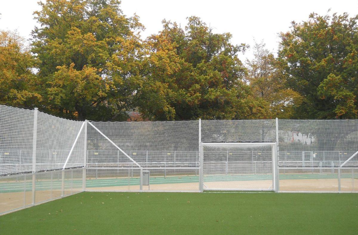 Stationärer Soccer - Court mit verglasten Bandenelementen artec Sportgeräte