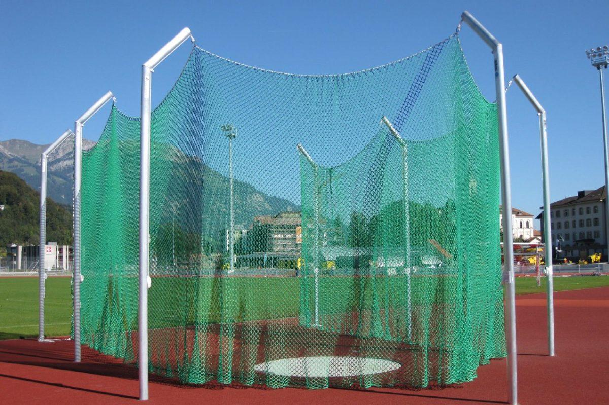Diskuswurfschutzgitter aus Aluminium in Hülsen stehend, Höhe 6,0 m von artec Sportgeräte