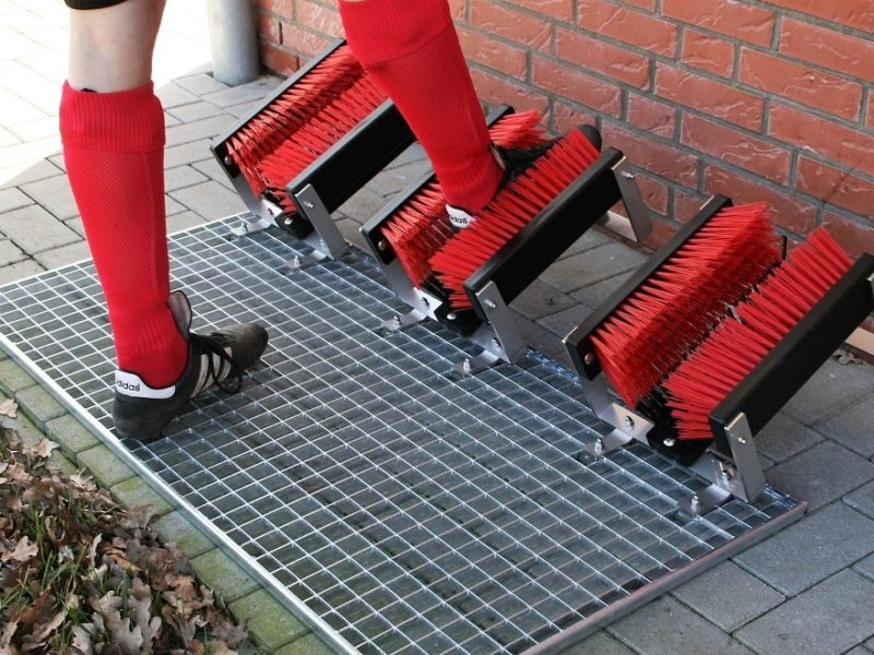 Stollenreiniger Premium PLUS für verschmutzte Fußballschuhe mit 3-fach Bürstensystem