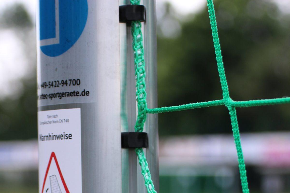Jugendtor PROTECTOR -easytec- mit Kippsicherung (Gewichte im Ovalbodenrahmen), aus Aluminium, vollverschweißt, Sicherheits-Netzhaken, Auslage 1,0 m, Farbe Alu natur von artec