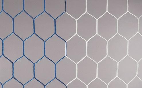 Fußballtornetz mit wabenförmigen Maschen in blau-weiß
