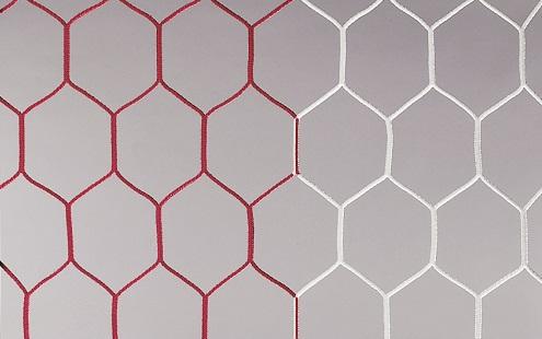 Fußballtornetz mit wabenförmigen Maschen in rot/weiß